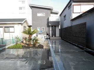 完成:テーマはちょっと南国風。真ん中にU字側溝を設けることにより水勾配を確保しました。お年寄りもお住まいのお宅でしたので全体的にフラットに。