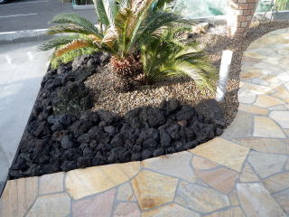 植樹帯には溶岩と茶系のミックス砂利。