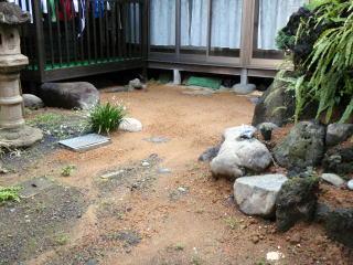 着手前  土が多く雨でかなり流れてしまっていました。