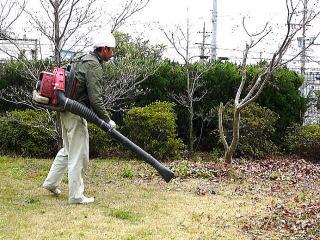 小型ブロアーから大型業務用ブロアーまで完備。溜まった落ち葉を綺麗に取り除きます。