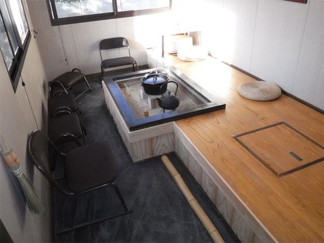 進化版! 囲炉裏小屋の床面を半分土間にして消臭効果のある炭モルタルを地面に練りこみました。