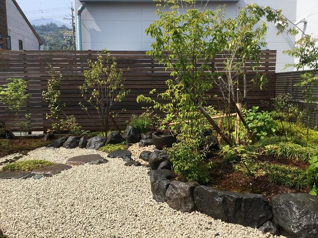 完成 自然の溶岩と大沢石を用い迫力のある庭に。