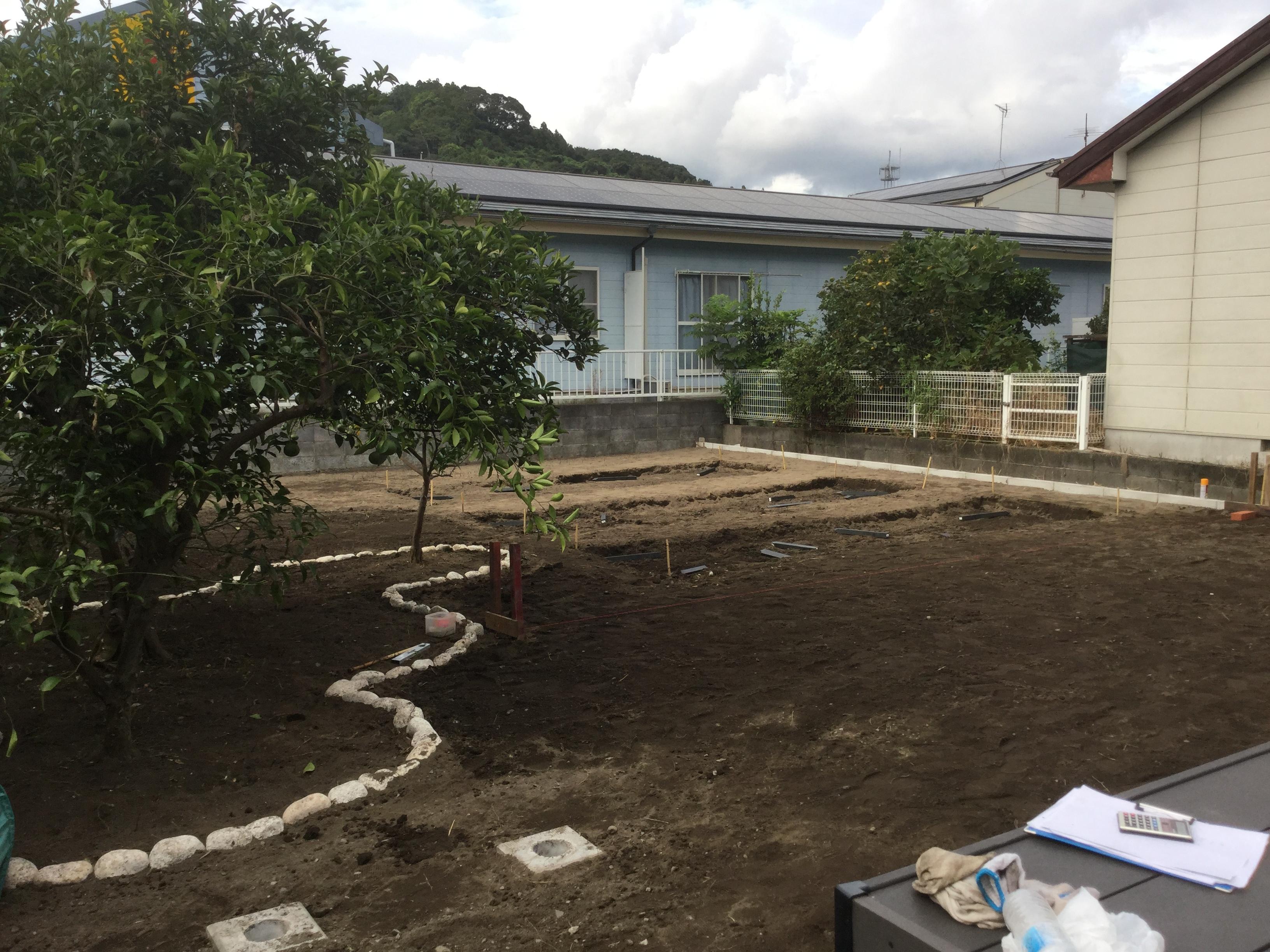既存の樹木を玉石で囲い庭にアクセントをつけます。