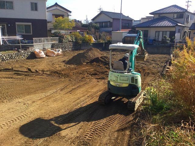 土を加えて地面の段差を整えます。