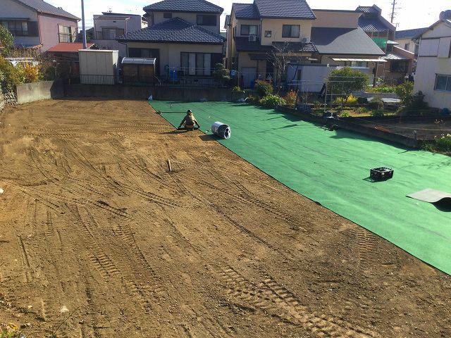 地道にコツコツ!防草シートを張らないと、この面積を毎年草刈りすることになるので大変!