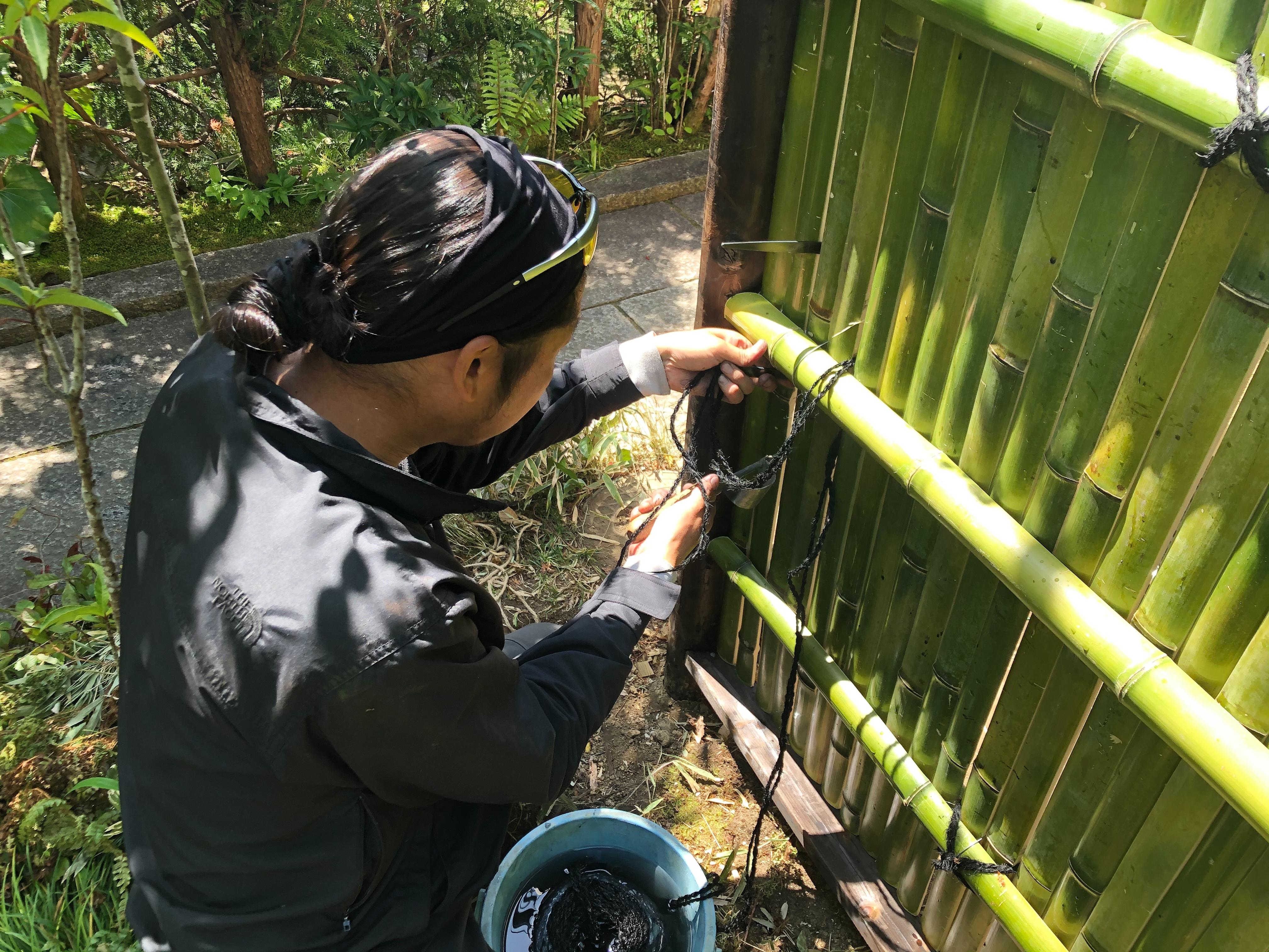 竹垣の結束に使う縄も自然由来のシュロ縄を使用します。