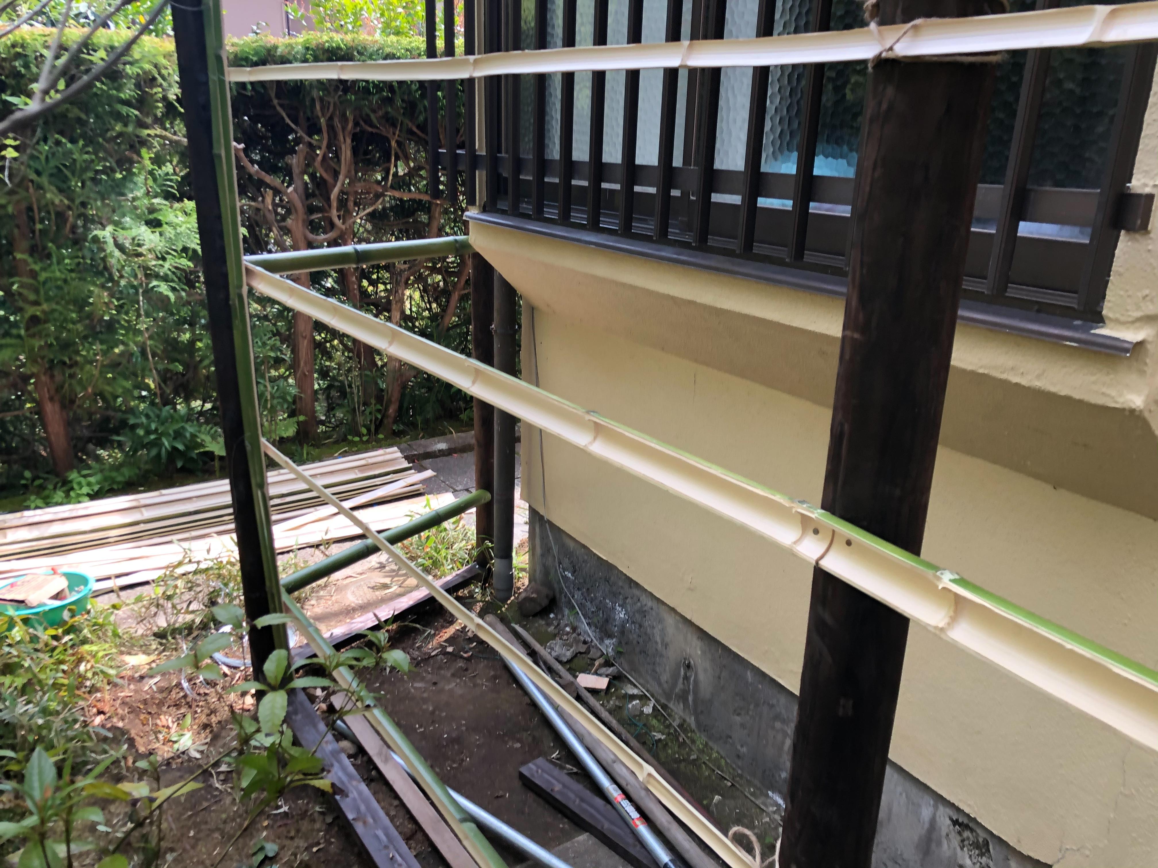 古くなった竹を撤去し新しい青竹を加工し取り付けていきます。